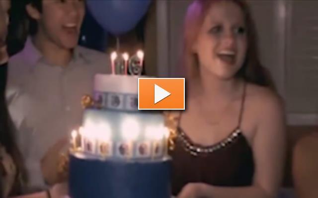 Blondine bläst Kerzen aus Party-Videos
