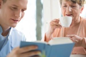 Enkel liest Großmutter vor