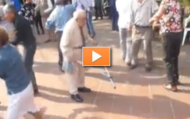 Opa wirft Krücken weg - Party-Videos